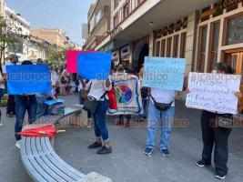 Xalapa, Ver., 8 de abril de 2020.- Agremiados a la agrupación Artesanos Independientes Veracruzanos se manifestaron en el centro de la Capital. Piden ayuda del gobierno ante falta de trabajo por la contingencia.