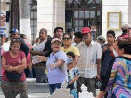 """Veracruz, Ver., 8 de abril de 2020.- El restaurante """"La Antigua"""" provocó una gran aglomeración de personas en el Zócalo, pese a la contingencia de coronavirus, debido a que regaló pescado y comida. Adultos mayores y niños se observaron amontonados en el sitio."""
