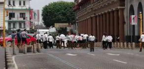 Xalapa, Ver., 8 de abril de 2020.- Meseros independientes que se manifestaban en el parque Juárez para solicitar apoyo para sobrellevar la contingencia sanitaria y reguardo domiciliario, bloquearon la calle Enríquez frente al Palacio de Gobierno.