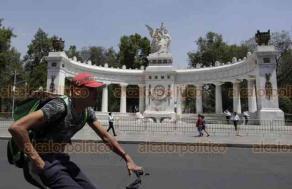 Ciudad de México, 8 de abril de 2020.- El gobierno de la Ciudad de México cercó con vallas el parque Solidaridad, la Alameda Central y el Palacio de las Bellas Artes, como medida para minimizar el riesgo sanitario por COVID-19.