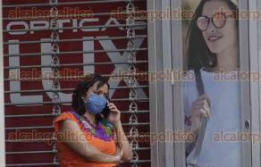 Ciudad de México, 8 de abril de 2020.- Los habitantes de la CDMX continúan sus actividades laborales que no pueden ser suspendidas como seguridad, limpieza, entrega de comida, mientras otros transitan sin protección durante la contingencia sanitaria por COVID-19.