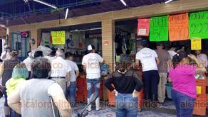 Xalapa, Ver., 9 de abril de 2020.- Los llamados de las autoridades a permanecer en casa o atender medidas de sana distancia son ignorados en las pescaderías de la zona de La Rotonda. Xalapeños abarrotan estos lugares, sin precaución alguna.
