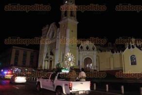 Xalapa, Ver., 9 de abril de 2020.- El párroco de Catedral, Roberto Reyes Anaya, recorrió diversas calles del Centro de la capital con el Santísimo Sacramento.