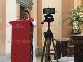 Veracruz, Ver., 10 de abril de 2020.- Por contingencia sanitaria debido al Coronavirus, este Viernes Santo se hizo el Vía Crucis a puerta cerrada en la Catedral, presidido por el párroco Víctor Manuel Díaz.
