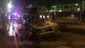 Xalapa, Ver., 24 de mayo de 2020.- Gran parte del vehículo fue consumido por el fuego, SSP y Tránsito del Estado abanderaron la zona para facilitar el trabajo de los elementos del H. Cuerpo de Bomberos, quienes sofocaron el incendio.