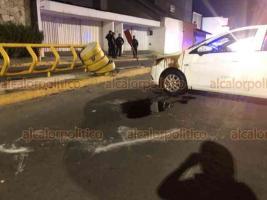 Xalapa, Ver., 24 de mayo de 2020.- Tanto el conductor del vehículo volcado como sus acompañantes resultaron ilesos, fueron atendidos por paramédicos en el lugar, pues no querían ser llevados a un hospital.
