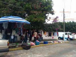 Xalapa, Ver., 24 de mayo de 2020.- Comerciantes del tianguis Léyzegui volvieron a instalarse este fin de semana a pesar de las instrucciones de autoridades municipales para cerrar el lugar y prevenir contagios de coronavirus.