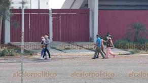 Veracruz, Ver., 25 de mayo de 2020.- Médicos cubanos que llegaron el pasado jueves para apoyar a la entidad ante la pandemia de COVID-19, permanecen en el Centro de Raquetas. Esta mañana algunos aprovecharon para recorrer la zona.