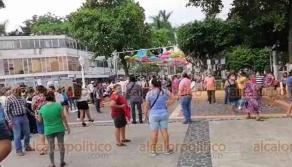 """Poza Rica, Ver., 25 de mayo de 2020.- Comerciantes de los mercados """"Poza Rica"""", """"Santa Fe"""", """"La Burrita"""", """"Los Portales"""" y """"Parador Urbano"""" se manifestaron en la explanada del Palacio Municipal. Piden reabrir sus locales."""