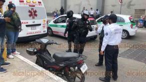 Xalapa, Ver., 25 de mayo de 2020.- Una motociclista arrolló a una mujer, en la calle Chedraui Caram, a un costado de Plaza Crystal. Fue atendida por paramédicos; agentes de Tránsito Estatal se encargaron del peritaje para deslindar responsabilidades.