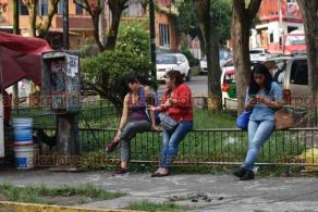 """Xalapa, Ver., 25 de mayo de 2020.- Xalapeños relajan """"sana distancia"""" al abordar transporte público en cuarentena de COVID-19; en el centro de la ciudad se registró una importante afluencia de personas en calles y paradas."""