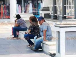 Veracruz, Ver., 26 de mayo de 2020.- Ya rompieron la cinta de precaucion colocada por autoridades para evitar aglomeraciones en el Tranvía del Recuerdo. Personas siguen llegando a vender productos o a descansar.