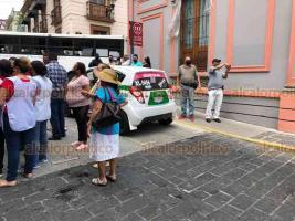 Xalapa, Ver., 26 de mayo de 2020.- Comerciantes cerraron la calle Revolución esquina Juárez por varios minutos, en protesta luego que zapatería fuera advertida por posibles sanciones por no atender disposiciones municipales ante contingencia sanitaria.