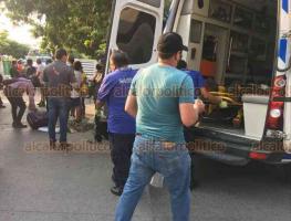 Veracruz Ver., 26 de mayo 2020.- Un camión urbano impactó a repartidor de tortillas en motocicleta en la calle Romaín de la colonia Las Brisas. La unidad de dos ruedas terminó abajo del camión, mientras que su conductor con varias lesiones.