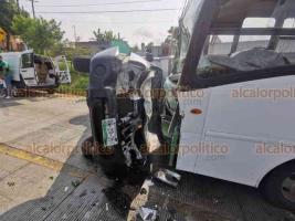 Coatepec, Ver., 27 de mayo de 2020.- Se suscitó un accidente en la carretera Coatepec-Las Trancas, a la altura de Paso Ladrillo, cuando camioneta volcó y terminó chocando contra autobús de la línea Azteca. Se reportan 4 lesionados.
