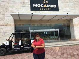"""Boca del Río, Ver., 27 de mayo 2020.- 98% de locales de la Plaza Mocambo llevan cerrados más de dos meses debido a la contingencia sanitaria por pandemia de Coronavirus; sólo se mantienen abiertos algunos considerados esenciales. Por esta cierre, varios negocios han """"bajado cortinas"""" de manera definitiva."""