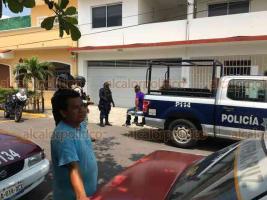 Veracruz, Ver., 27 de mayo 2020.- Un presunto asaltante fue detenido luego de robar 200 pesos a un taxista, a quien lesionó en la cara con una cuchara de albañil. Fue sometido por ciudadanos en el callejón 21 de Febrero, de la colonia Flores Magón y entregado a la Policía.