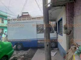 """Xalapa, Ver., 27 de mayo de 2020.- Una camioneta que estaba estacionada en una pendiente, se estampó contra una vivienda de la calle Eucalipto, en la colonia Los Prados, luego de se le """"botara"""" el freno de mano; no se reportan lesionados."""