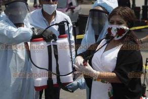 Ciudad de México, 28 de mayo de 2020.- Alcaldesa de Iztapalapa, Clara Brugada, entregó tres ambulancias equipadas con cápsula para atender casos COVID-19. También entregó aspersores a personal de Limpia para sanitizar unidades y minimizar riesgos.