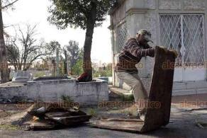 Ciudad de México, 28 de mayo de 2020.- En el Panteón San Nicolás Tolentino, trabajadores hacen exhumaciones en tumbas cuya temporalidad se venció (7 años) para que sean ocupadas nuevamente.