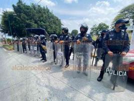 Xalapa, Ver., 28 de mayo de 2020.- Policías antimotines rodearon esta tarde el Congreso del Estado y cerraron calles aledañas. Dentro, durante la sesión, legisladores panistas preguntaron qué ocurría, sin obtener respuesta. El presidente Rubén Ríos negó que solicitara la seguridad.