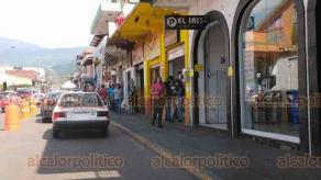 Coatepec, Ver., 29 de mayo de 2020.- En un recorrido por calles del Centro Histórico y la zona de mercados, se observó que aún son pocos los habitantes de este Pueblo Mágico que portan cubrebocas.