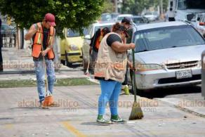 Veracruz, Ver., 30 de mayo 2020.- Pese que el Ayuntamiento dio guantes y cubrebocas a empleados de Limpia Pública, éstos no los usan. El Director de Servicios Municipales confirmó que hay 5 trabajadores de esta área sospechosos de tener COVID-19 y ya están en aislamiento.