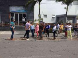 Veracruz, Ver., 30 de mayo de 2020.- Familiares de pacientes de hemodiálisis subrogados del Instituto Mexicano del Seguro Social, se manifestaron afuera de la clínica Covadonga de Veracruz.