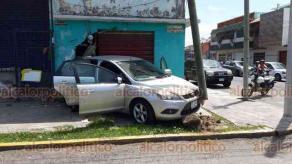 Veracruz, Ver., 30 de mayo de 2020.- En las calles Juan Soto y Pino Suárez, de la colonia centro, colisionaron dos vehículos, uno de los cuales terminó estrellándose en un local comercial; al sitio arribaron paramédicos y elementos de Tránsito y Policía.