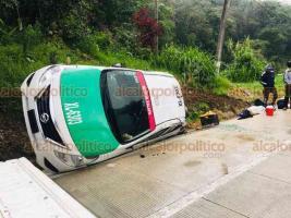 Xalapa, Ver. 30 de mayo de 2020.- Pasadas las 18:30 horas, el taxi marcado con el número económico XL-6303, se volcó sobre la carretera mojada Xalapa – Coatepec, a la altura de Los Arenales; chofer y pasajero fueron auxiliados por personal de la Policía Estatal.