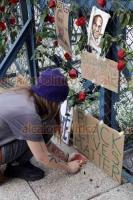 Ciudad de México, 30 de mayo de 2020.- Afuera de la Embajada de EU, estadounidenses colocaron una ofrenda en memoria de George Floyd y Breonna Taylor, una técnica en emergencias médicas, ambos asesinados por la policía el 28 de mayo y el 13 de marzo pasado, en Minneapolis, Minnesota y Louisville, Kentucky, respectivamente.