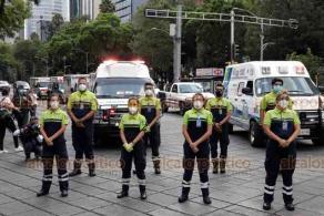 Ciudad de México, 30 de mayo de 2020.- En el Ángel de la Independencia, decenas de paramédicos en moto y de ambulancias privadas rindieron un homenaje a sus 15 compañeros fallecidos por COVID-19. También piden apoyos para los internados y aislados por la enfermedad.