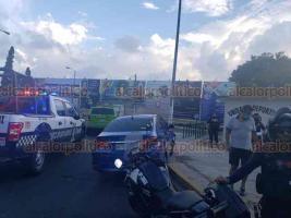 Xalapa, Ver., 31 de mayo de 2020.- El conductor de un vehículo particular perdió el control y chocó contra un poste metálico en la zona de Los Sauces, justo frente a la Unidad Deportiva. No se reportaron personas lesionadas.
