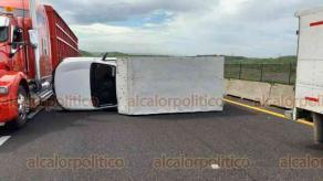 Veracruz, Ver., 1° de junio de 2020.- La volcadura de una camioneta blanca, cerrada, se dio en la autopista Veracruz-Cardel, a la altura de la zona de la Catalana, al norte del municipio.