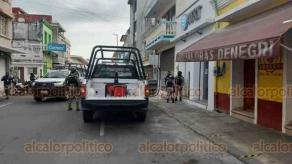 Veracruz, Ver., 1° de junio de 2020.- En la calle Francisco Canal, entre 5 de Mayo e Independencia de la colonia Centro, se presentó la tarde de este lunes un robo a un centro de atención de telefonía de la empresa AT&T.