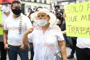 """Xalapa, Ver., 2 de junio de 2020.- """"¿Por qué al comercio pequeño se nos está castigando? Nosotros podemos quedarnos en casa pero, ¿qué comemos?"""", expresaron comerciantes del Centro, de plazas y de la colonia Revolución que bloquearon la calle Enríquez demandando que los dejen trabajar."""