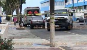 Veracruz, Ver., 2 de junio de 2020.- A las afueras del Hospital Naval perdió la vida una persona que era trasladada en un carro compacto, movilizándose personal de la armada para acordonar la zona y solicitar la presencia de elementos de la Fiscalía.