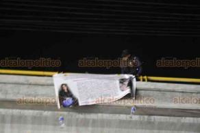Veracruz, Ver., 3 de junio de 2020.- La madrugada de este miércoles, aparecieron mantas en puentes de la conurbación, en las que supuestos familiares señalan a policías estatales de estar involucrados en desaparición de pareja de profesionistas, ocurrida el 28 de mayo en el tramo Paso del Toro-Boca del Río. Mensajes fueron retirados por policías.