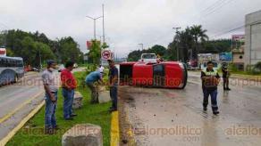 Coatepec, Ver., 3 de mayo de 2020.- Dos accidentes ocurrieron a la altura del retorno de La Florida, en el bulevar Xalapa-Coatepec. Una camioneta volcó y otra quedó sobre el camellón.