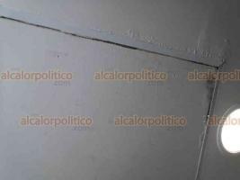 Veracruz, Ver., 3 de junio de 2020.- Imágenes muestran parte del techo del Hospital Regional desgastado y con filtraciones de agua, lo cual provoca encharcamientos que personal de limpieza trata de solucionar colocando cubetas.