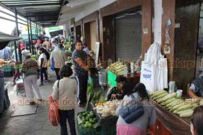 """Xalapa, Ver., 4 de junio de 2020.- Desde temprana hora de este jueves, el mercado """"San José"""" tiene gran afluencia de personas. En algunas zonas es difícil mantener la distancia y hay quienes no acatan las medidas sanitarias recomendadas."""