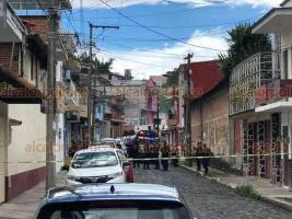 Xalapa, Ver., 4 de junio de 2020.- La mañana de este jueves, en la esquina de Higueras y 20 de Noviembre, policías y paramédicos se movilizaron tras el reporte de una persona sin vida en la vía pública, desconociéndose las causas del deceso.