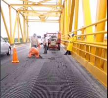 Coatzacoalcos, Ver., 5 de junio de 2020.- El puente Coatzacoalcos I, que conecta a la zona industrial y urbana, fue rápidamente reparado pues por aquí pasará el Presidente. El Ayuntamiento tuvo que intervenir aunque es responsabilidad de SCT.