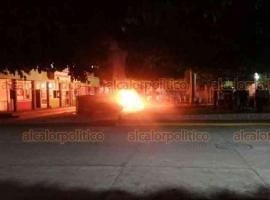 Tatahuicapan de Juárez, Ver., 6 de junio de 2020.- Al menos mil pobladores enardecidos dañaron el interior del Palacio Municipal, para luego volcar algunos vehículos, propiedad del Ayuntamiento y prenderles fuego.
