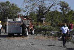 Veracruz, Ver., 6 de junio de 2020.- Una volcadura de un camión de una empresa gasera con cilindros a bordo, se presentó la tarde de este sábado en la brecha del camino de terracería que comunica Tejeria con el fraccionamiento El Oasis, movilizándose Bomberos y Policía, así como Tránsito Municipal.