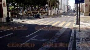 Veracruz, Ver., 6 de junio de 2020.- Este sábado, finalmente se registró poca afluencia de personas en calles del Centro Histórico del municipio con más contagios, varios comercios estaban cerrados y se respetan los acordonamientos de parques y áreas verdes.