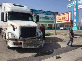 Veracruz, Ver., 1° de julio de 2020.- La tarde de este miércoles, chocaron un tráiler y camión de transporte urbano en la avenida Rafael Cuervo, sin que se reportaran lesionados graves.
