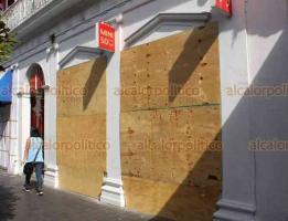 Xalapa, Ver., 1° de julio de 2020.- Comercios y bancos del Centro de la ciudad protegen sus cristales ante amenazas por marcha no pacífica anunciada para este jueves 2 de julio.