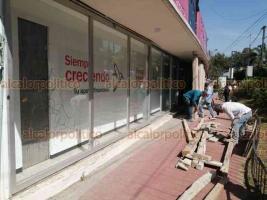 """Xalapa, Ver., 2 de julio de 2020.- Este jueves, comercios y oficinas ubicados en la avenida Ávila Camacho están cerrados, algunos con protección extra, luego del anuncio de manifestación """"no pacífica"""" para exigir reapertura de bares."""