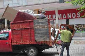 """Xalapa, Ver., 2 de julio de 2020.- Al parecer otro hotel cierra sus puertas en la Capital. Este jueves, personal de mudanza sacó colchones, cabeceras, sillas y espejos del """"Hotel Plaza"""", ubicado en el Centro."""